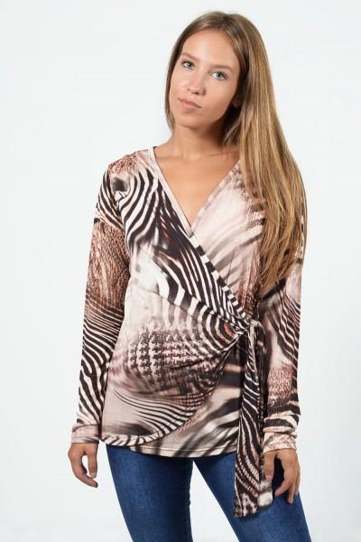 Εμπριμέ μπλουζάκι με κρουαζέ στήθος και δέσιμο μπροστά. Έχει μακριά μανίκια και η εφαρμογή του είναι στενή. Σε μπεζ χρώμα.