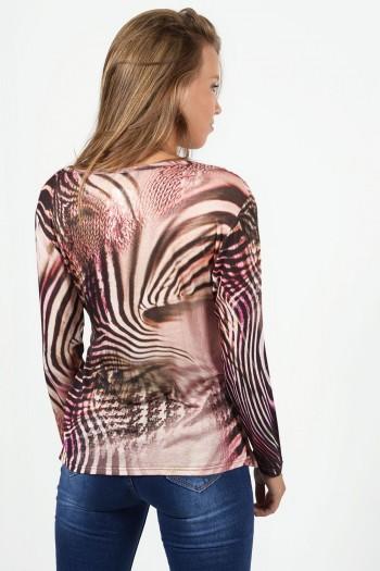Εμπριμέ μπλουζάκι με κρουαζέ στήθος και δέσιμο μπροστά. Έχει μακριά μανίκια και η εφαρμογή του είναι στενή. Σε ροζ χρώμα.