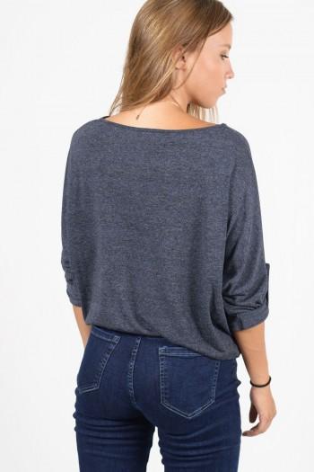 Γυναικεία μακρυμάνικη μπλούζα με κουμπάκια στα μανίκια. Άνετη εφαρμογή, σε μπλε χρώμα.