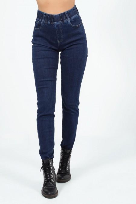 Γυναικείο ψηλόμεσο τζιν παντελόνι με slim εφαρμογή και λάστιχο στη μέση.