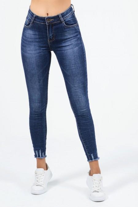Μεσοκάβαλο τζιν παντελόνι με ξεβαμμένη, τσαλακωμένη όψη και σκισίματα στη βάση των ποδιών. Skinny εφαρμογή και τσέπες.