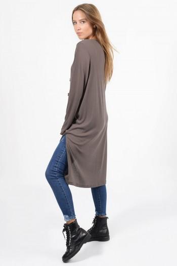 Γυναικεία μακριά ριπ ζακέτα με κουμπάκια, τσέπες και πλαϊνά ανοίγματα. Σε χρώμα πούρο.