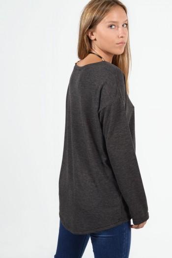 Μακρυμάνικη μπλούζα με χαλαρή εφαρμογή, στρογγυλό λαιμό και ελαφρώς ασύμμετρο μήκος μπρος πίσω. Σε γκρι χρώμα.