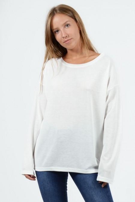Μακρυμάνικη μπλούζα με χαλαρή εφαρμογή, στρογγυλό λαιμό και ελαφρώς ασύμμετρο μήκος μπρος πίσω. Σε λευκό χρώμα.