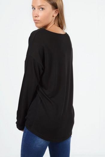 Μακρυμάνικη μπλούζα με χαλαρή εφαρμογή, στρογγυλό λαιμό και ελαφρώς ασύμμετρο μήκος μπρος πίσω. Σε μαύρο χρώμα.