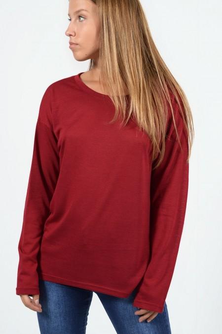 Μακρυμάνικη μπλούζα με χαλαρή εφαρμογή, στρογγυλό λαιμό και ελαφρώς ασύμμετρο μήκος μπρος πίσω. Σε σκούρο κόκκινο χρώμα.