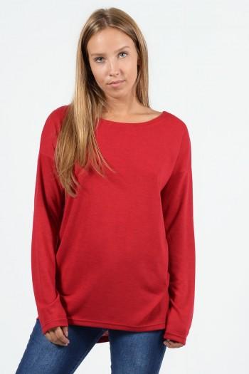Μακρυμάνικη μπλούζα με χαλαρή εφαρμογή, στρογγυλό λαιμό και ελαφρώς ασύμμετρο μήκος μπρος πίσω. Σε κόκκινο χρώμα