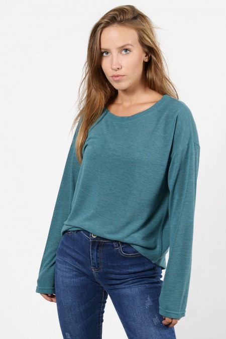 Μακρυμάνικη μπλούζα με χαλαρή εφαρμογή, στρογγυλό λαιμό και ελαφρώς ασύμμετρο μήκος μπρος πίσω. Σε πετρόλ χρώμα.