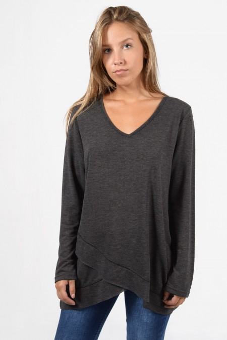Γυναικεία μακρυμάνικη, φαρδιά μπλούζα με στρογγυλεμένο V λαιμό και ασύμμετρο τελείωμα. Σε γκρι χρώμα.