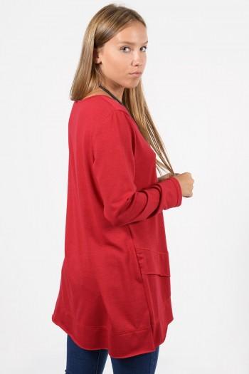 Γυναικεία μακρυμάνικη, φαρδιά μπλούζα με στρογγυλεμένο V λαιμό και ασύμμετρο τελείωμα. Σε κόκκινο χρώμα.