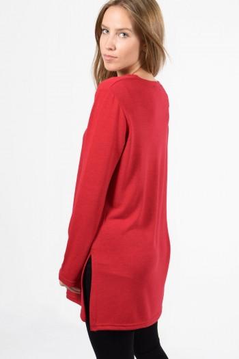 Γυναικεία μακρυμάνικη μπλούζα με στρογγυλό λαιμό και άνοιγμα στο πλάι. Σε κόκκινο χρώμα.
