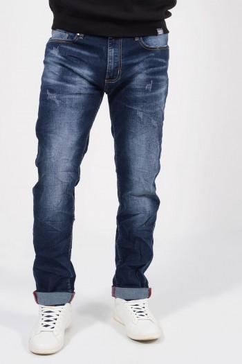 Ανδρικό τζιν παντελόνι με ξεβαμμένη όψη και φθορές σε ίσια γραμμή.