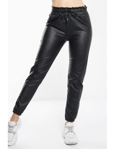 Γυναικείο παντελόνι φόρμας από δερματίνη με λάστιχο στη μέση και κάτω. Σε μαύρο χρώμα