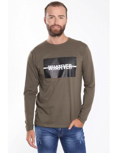 Ανδρική μπλούζα σε χακί χρώμα, με μακριά μανίκια, κανονική εφαρμογή και στάμπα στο στήθος.