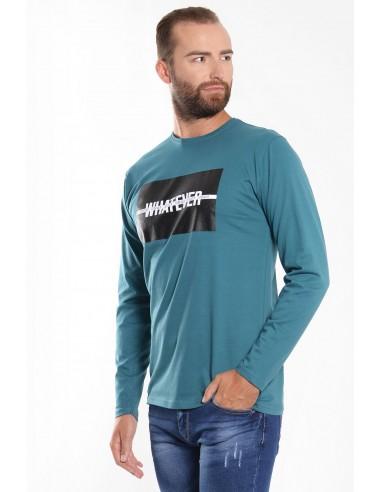 Ανδρική μπλούζα σε πετρόλ χρώμα, με μακριά μανίκια, κανονική εφαρμογή και στάμπα στο στήθος.