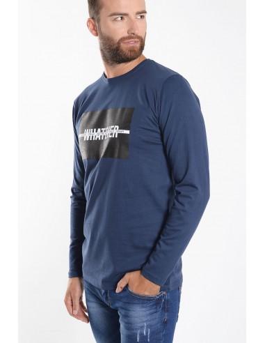 Ανδρική μπλούζα σε μπλε χρώμα, με μακριά μανίκια, κανονική εφαρμογή και στάμπα στο στήθος.